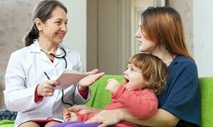 ребенок и мама у педиатра